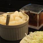 ビィビィ - カウンターにラッキョと福神漬を置いてくれました。