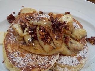 バビーズ 汐留 - ソテーバナナとウォールナッツのパンケーキ