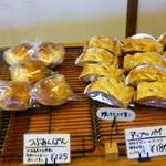31907081 - スイーツ系パンの品揃えが充実している様だ。