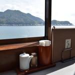 喫茶・お食事・おみやげ かもめ - 目の前には伊根湾がひろがります