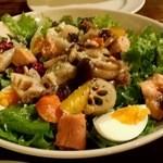 Smoke & Vegetable Bistro SARU 白金 - 秋鮭と根菜のサラダ