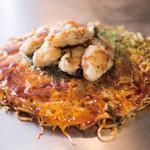 三匠 - 広島産カキのせお好み焼き