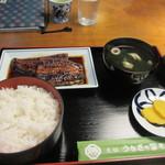 うなぎの冨さん  - 料理写真:注文した蒲焼き定食は蒲焼きと吸い物にご飯と香の物が付いて3500円。  注文してから焼き上げられるんで少し待つ事になりますがそんなの問題ないですよね。