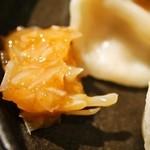 札幌 炎神 - 水餃子には梅水晶が付いています