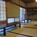 茶寮 宝泉 - どこの席も庭に向かって並んで座るカップル席(^^)
