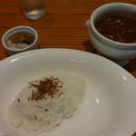 カレーショップシエール - メロン型のご飯、カレー、福神漬けとらっきょう