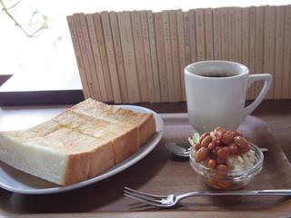 月と六ペンス - バタートーストとミニサラダと深煎りコーヒーのセット