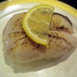 3193440 - これはさわらでしたか、白身魚の炙りをこれも塩とレモンでいただきました
