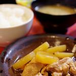 じぃま - ランチの小皿。今日は鶏と大根