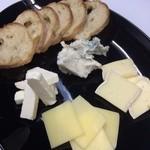 WAKA - チーズ盛合せ ¥800