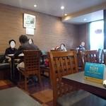 東華飯店 - かなり広々とした店内です