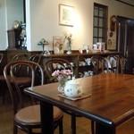 ティーハウスラルゴ - キレイな店内♪各テーブルには種類の違うお花が(≧▽≦)