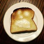 31934711 - トースターで焼きながらバターを塗りました