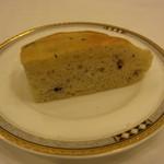 ヴァンセーヌ - オリーブのパン。バターも添えられます。このパン、美味しかったなぁ。