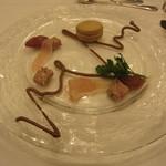 ヴァンセーヌ - 5800円コースの2つめの前菜。フォアグラのマカロンに、プルーンのソース。生ハムやパテを添えて。