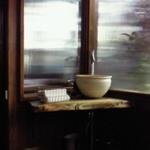亀正くるくる寿司 - 店内に入るとすぐにある待合室。席に着くとおしぼりはあるのですが、こちらで手を洗う事も出来ます。