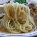 支那そば 王王軒 - 麺です。中細のストレート麺です。スープと絡んでいい感じですよ。