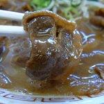支那そば 王王軒 - 甘辛く味付けされた豚バラ肉です。食べやすい味付けになっており、そのまま食べても良し、麺と一緒に食べても美味しいです。