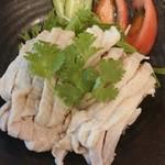 海南チキンライスの店 アゴハン - 海南チキンライス もも肉の下には手羽先も隠れている