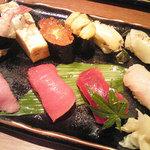 31956786 - 別皿に巻き寿司とお吸い物付き。