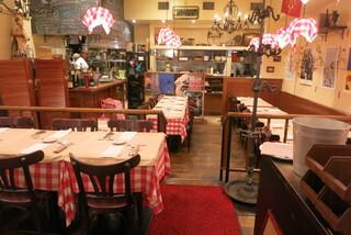 パリのワイン食堂 - カジュアルな食堂の雰囲気。