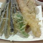 31959525 - サクサクの天ぷら。安いのにボリューム満点