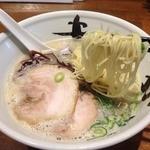 まんかい - 純系豚骨らーめん(760円)麺リフト