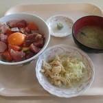 31964119 - 市場丼 ¥550 味噌汁と小鉢付きます