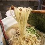 麺場ながれぼし - 麺は博多らーめんのような細めのストレート。