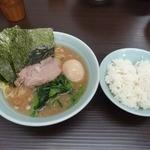 武蔵家 - 「武蔵家 川口店」ラーメン並650円と無料ライス。