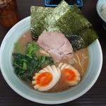 武蔵家 - 「武蔵家 川口店」女性が注文すると味付け玉子が食べやすいようにカットされている。