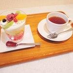 ウィステリア - トライフル 380円、セイロン紅茶 350円。 トライフルはイギリスのスイーツで、ボキらも初めて食べるけど、 大阪でトライフルが食べられるのはこちらのお店だけなんだって。