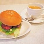ウィステリア - ローストビーフバーガー 380円、ブレンドコーヒー 350円。