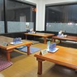 スタミナ焼肉鉄板王 - 店内に入るとお店はテーブル席と小上がりに分かれてましたが私達はテーブル席を使って食事をさせていただきました。