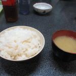 スタミナ焼肉鉄板王 - 妻はご飯を注文しませんでしたが炭水化物が必要な私はご飯150円を注文です、ご飯には味噌汁も付いて来ます。
