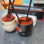 スタミナ焼肉鉄板王 - 秘伝の味噌タレは辛くないタレと辛いタレの2種類あります。