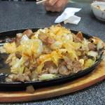 スタミナ焼肉鉄板王 - 豚のこめかみホホ肉ノドの3種類希少な部位を使用したお肉は脂がなくもっちりした食感でキャベツと共にニンニク風味で味わう事が出来ます   残ったタレは鉄板でご飯と絡ませて食べてもとっとも美味しいです