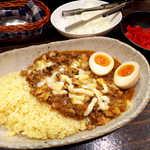 yaman - やまんカレー(¥1000)。大きめの鶏肉と、薬味の生玉ねぎが絶妙マッチ!