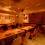 Italian Bar guri - 白と木を基調とした清潔感のある店内