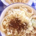 みうらうどん - 出汁の味、麺の味をみてから天かすと辛味を大量投入