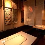 和食鉄板 銀座 朔月 - 品のある暖簾で半個室として仕切ることも可能です。