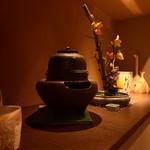 和食鉄板 銀座 朔月 - 和装飾が並び、海外から旅行に来たお客様にもお喜びいただいております。