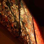 和食鉄板 銀座 朔月 - 華麗な反物をしつらえた空間