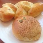 サンマルシェ - ほっこりパン♬  手前がカボチャ餡入りのあんぱん、奥がさつまいものツイストしたパンです。  秋の味覚満載! どっちも野菜の甘みがしっかりしてて美味しかったです( *´艸`)