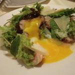 ラ・ベルタ - 自家製ベーコンと温泉卵のサラダ(卵を割って撮影)