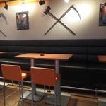 ツー ドッグス - テーブル席。鎌と斧のレプリカにはどんな意味があるのでしょう