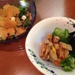 川太郎 - 単品注文のかいわれとクリームチーズのサラダ(500円)にあんきもポン酢(700円)。