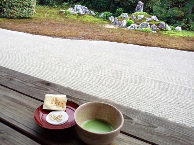 芬陀院 - 抹茶の向こうは亀石と鶴石。お菓子は雪舟をイメージ。