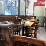 Benitoragyouzabou - 店内は一人でも家族連れでも楽しめる北京下町の活気ある感じの店の雰囲気になってます。
