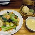 Benitoragyouzabou - 先ずは餡かけ麺のセットが届けられました、餡かけ麺は海鮮あんかけかた焼きそばを選んだんでセットで1380円です。